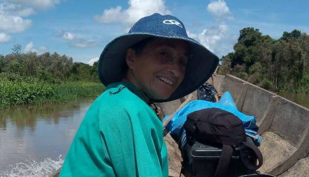 Adelina Gurpegui, en canoa, en uno de los ríos amazónicos del Tipnis boliviano, para ir a hacer revisiones sanitarias.