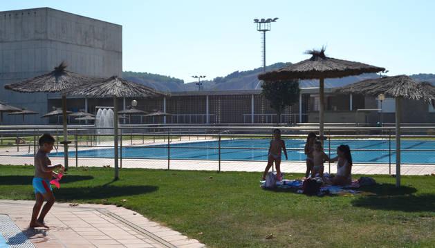 Vaso principal de las piscinas de Andosilla con el frontón y el campo de fútbol detrás.