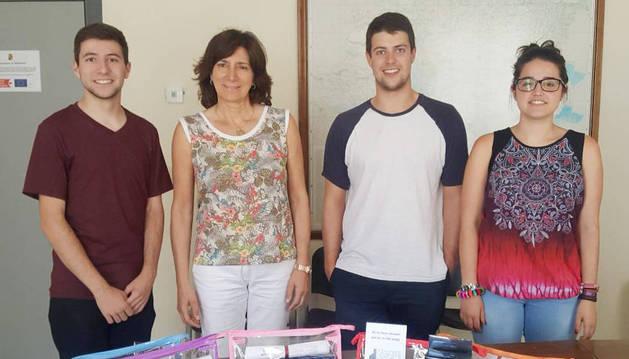 Jóvenes de la asociación La Carrera y la alcaldesa de Mendavia, María José Verano.