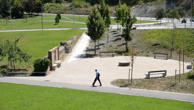 En uno de sus extremos, junto a Mendillorri, el parque integró la antigua Fuente de la Teja y le añadió una zona de descanso.