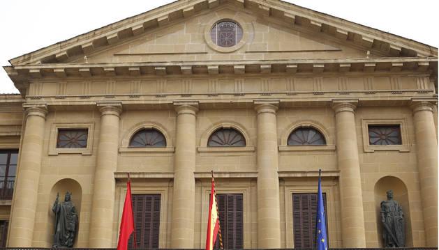 Fachada del Palacio de Navarra, en la avenida Carlos III de Pamplona.
