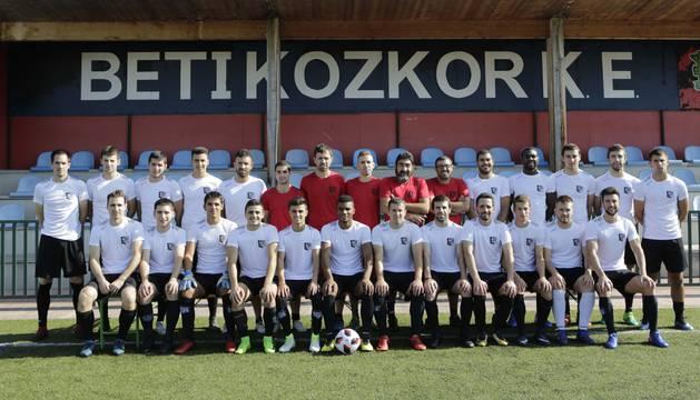 Jugadores y cuerpo técnico del Beti Kozkor, ayer en la presentación que tuvo lugar en Lekunberri.