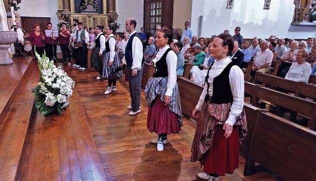 Momento en el que los dantzaris entraron a la iglesia para bailar un aurresku en honor al patrón San Tiburcio.