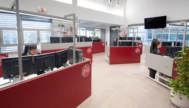 La Sala del 112 SOS Navarra en la calle Aoiz de Pamplona. Cada operador atiende tres monitores. También hay médicos y un responsable del servicio de Bomberos.