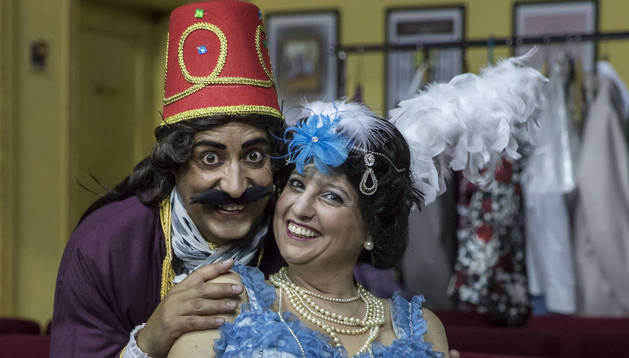 El personaje de Antonio ha dado a Antonio muchas alegrías. Ángela se siente muy cómoda en el papel de Mirrina, una vedete andaluza.