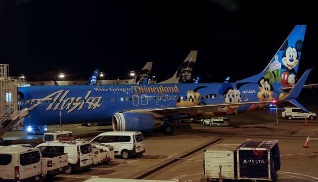 Aviones de Air Alaskaen la pista del aeropuerto internacional Seattle-Tacoma en Seattle.