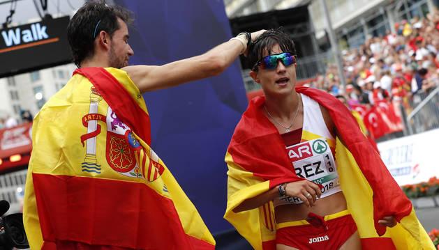 Alvaro Martín (izda.) felicitando a María Pérez (dcha.) por su victoria en los 20 kilómetros marcha.