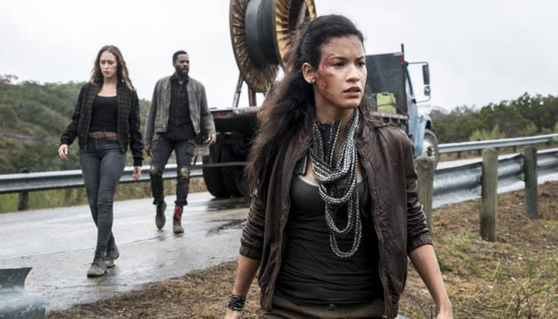 Imagen de la cuarta temporada de 'Fear The Walking Dead' en la que aparece Danay García (dcha.).
