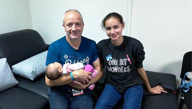 Fotografía facilitada por la familia de Patricia Aguilar (dcha.), posando con su padre, Alberto Aguilar, y su bebé de dos meses.
