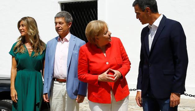 Sanchez y Merkel, con sus cónyuges.