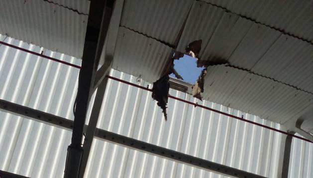 El fallecido cayó desde el tejado de la empresa papelera