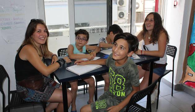 Las clases de inglés son diarias para los niños y también para sus padres. En la imagen, a la izquierda, Ana Berruezo, y a la derecha, Eider Escudero.