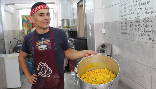 Aram Aziz, iraquí, cocina para los voluntarios en el Victoria Social Center. Durante nueve meses trabajó con Zaporeak.
