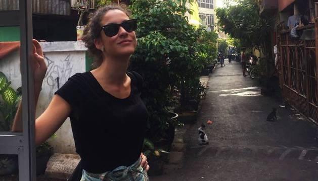 Beatriz Chivite, posando en la calle de Yakarta donde vive.