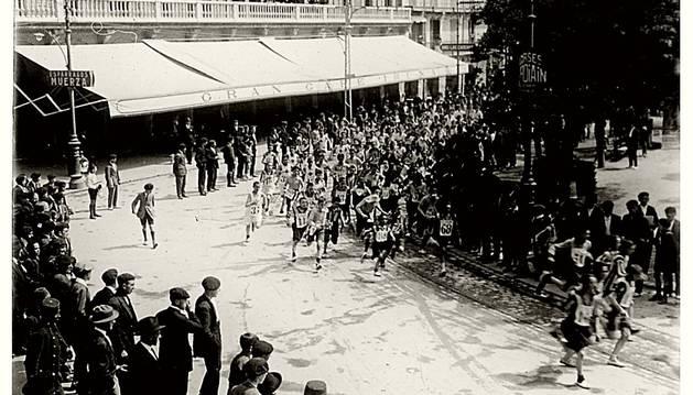 Año 1922. Una carrera pedestre, organizada por el club deportivo Vasconia, pasa por delante del Café Iruña.