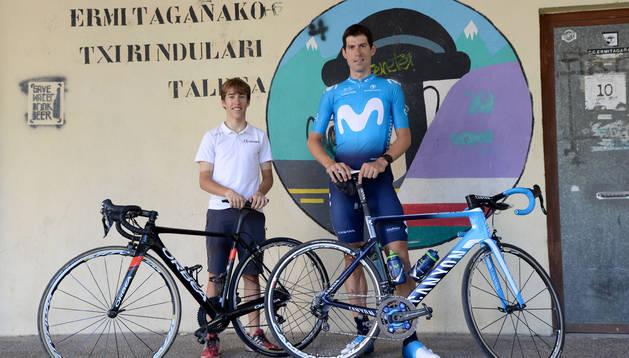 Iñigo Indurain e Imanol Erviti, en la puerta del C.C.Ermitagaña, club que les ha visto crecer.