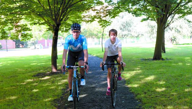 El ciclista profesional del Movistar, Imanol Erviti, rueda junto a Iñigo Indurain, corredor júnior del C.C.Ermitagaña.