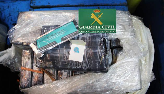 Un barco asturiano localizó este sábado flotando en el mar dos bultos que resultaron ser dos fardos con 40 kilos de cocaína.