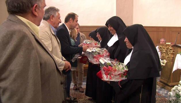 Las Hermanitas de los Ancianos Desamparados reciben varios obsequios durante el acto de despedida.