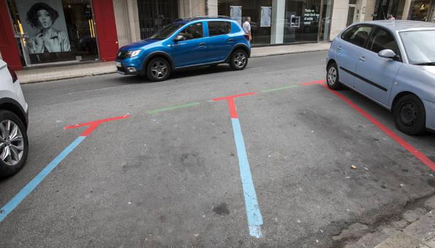 Franjas rojas, verdes y azul (no se pudo quitar) en Paulino Caballero.