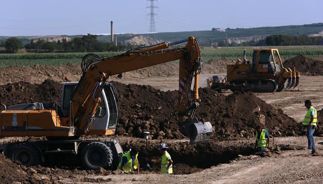 Operarios, trabajando este mes en las obras de construcción de la plataforma TAV, en el término de Peralta.