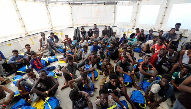 Varios inmigrantes rescatados abordo del barco de rescate Aquarius en el Mediterráneo