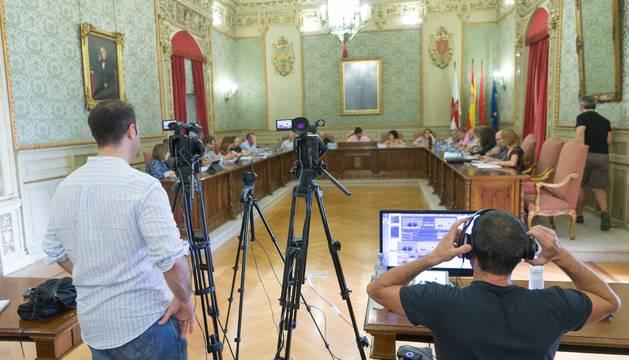 Dos cámaras graban una de las últimas sesiones de pleno del Ayuntamiento de Tudela.