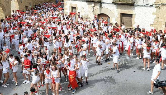 Cientos de personas aguardaron con emoción el momento del chupinazo en la plaza del Ayuntamiento