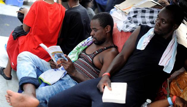 Los inmigrantes leen libros a bordo del MV Aquarius, en el Mar Mediterráneo, entre Malta y Linosa.