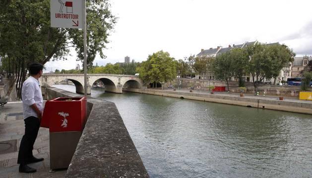 Los polémicos urinarios (para hombres) en París