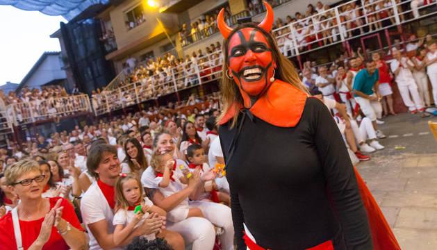 La murchantina Aroa Berrozpe, caracterizada como el Diablo, en plena actuación.