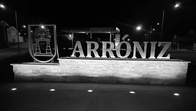 El nuevo monumento de la entrada de Arróniz, iluminado.