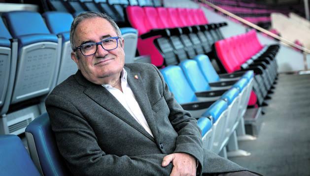 El presidente de Osasuna, Luis Sabalza, posa en el palco del estadio de El Sadar.