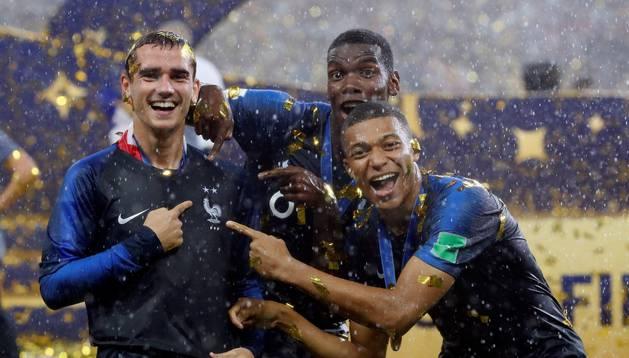 Griezmann, Mbappe y Pogba posan con el trofeo del Mundial