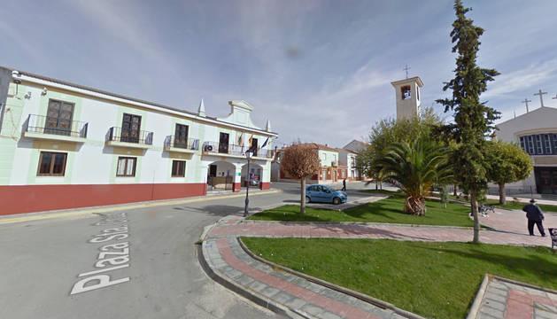 Plaza Santa Cruz, con el ayuntamiento al fondo, en el municipio de Pedro Martínez en Granada.