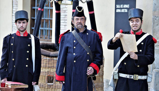 Tres soldados de la época carlista leen un manifiesto previo a la guerra de Abárzuza.