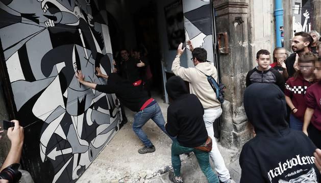 'Kalejira' en protesta por el el desalojo del gaztetxe 'Maravillas' y reokupación del edificio
