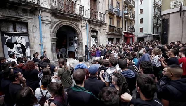 El movimiento okupa desalojado este viernes del Palacio de Marqués de Rozalejo en Pamplona ha celebrado una asamblea en la plaza del Castillo a la que han acudido varios cientos de personas y tras la que ha comenzado una 'kalejira' que ha sido frenada en diferentes puntos por la Policía Nacional