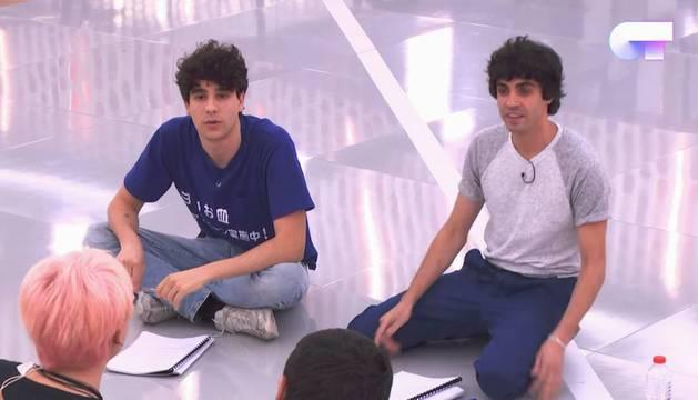 Javier Calvo (izquierda), junto a Javier Ambrossi (derecha), en la academia de 'OT'.