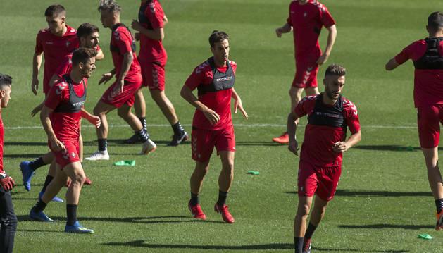 Kike Barja, Iñigo Pérez y Roberto Torres, tres jugadores navarros, ayer en el césped de El Sadar.