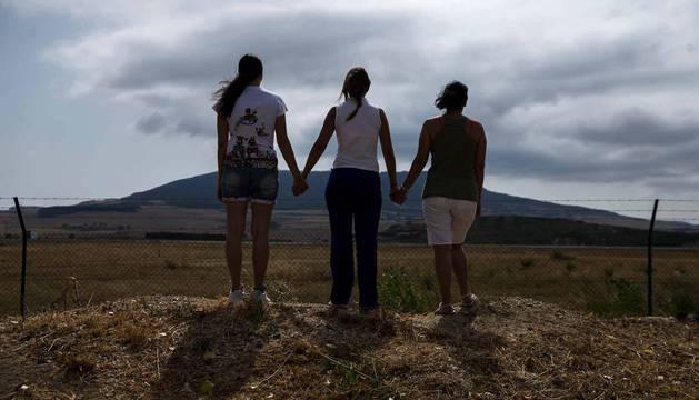 Tres refugiadas venezolanas, que prefieren mantenerse en el anonimato, tras las alambradas por las que se observa el aeropuerto de Noáin. Todas llevan pocos meses en Pamplona.