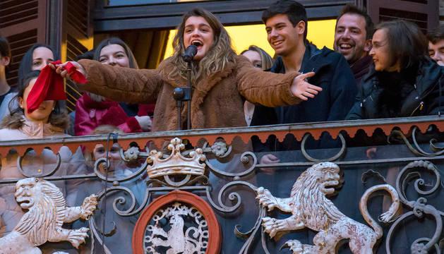 foto de Amaia Romero ya se asomó al balcón del Ayuntamiento de Pamplona tras la recepción que le brindó el consistorio.