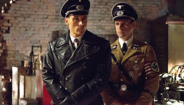 Rufus Sewell y Aaron Blakely, en una escena de la serie.
