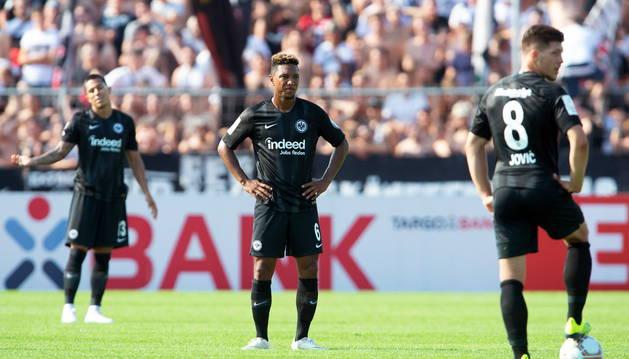 Jugadores del Eintrahct Fráncfort tras la eliminación de la Copa de Alemania