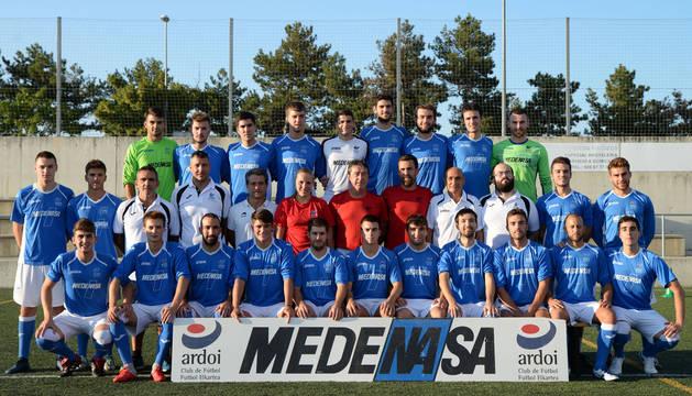 Los jugadores y el cuerpo técnico del Ardoi de Tercera División se presentaron ayer en el campo de El Pinar de Zizur.