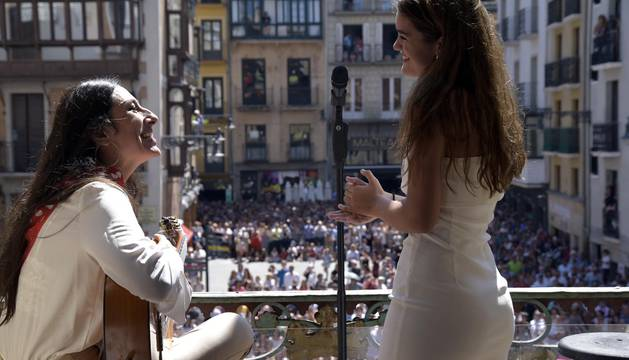 Amaia deja muda con su cante a una plaza del Ayuntamiento abarrotada