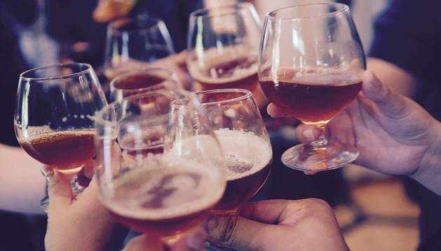 Un grupo de personas brinda con alcohol