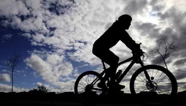 Un ciclista en una imagen recurso.