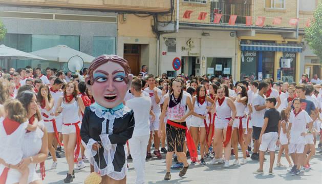 Los jóvenes celebraron el inicio de las fiestas en las calles de la localidad.