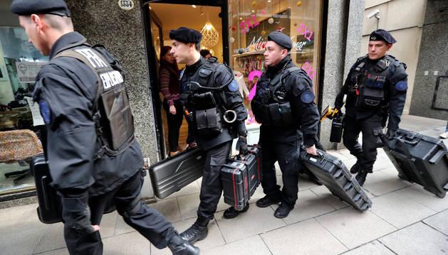 Agentes de policía entran al apartamento de la expresidenta argentina, Cristina Fernández.